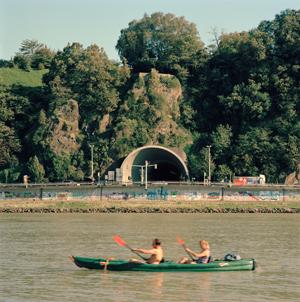 AN_DER_DONAU_Anton_Kehrer_Donaustrand_Blick_auf_Roemerbergtunnel